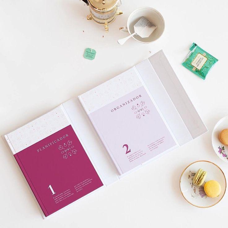 """Wedding Planner, el libro y agenda para organizar una boda de las famosas wedding planners """"Weddings With Love"""". Se trata de una caja de color blanco con detalles en oro rosa que contiene dos publicaciones: un organizador y un libro con todas las pautas."""
