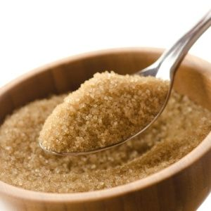 Açúcar demerara Batizado com o nome de uma região da Guiana rica em cana de açúcar, essa versão do produto passa por um processo leve de refinamento. O resultado é um açúcar um pouco mais claro que o mascavo, mas sem perda de nutrientes. É um dos mais caros do mercado, utilizado para a produção de doces finos.