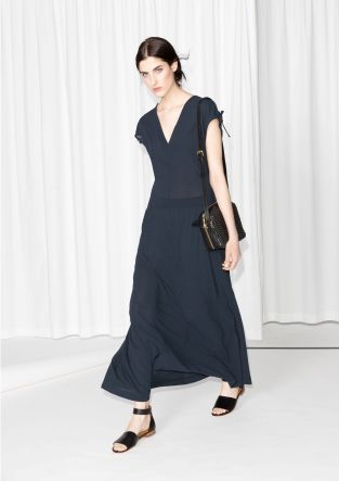 In a fusion of chic and comfortable, this jersey dress features beautiful details and a flowy silhouette.