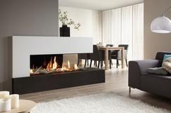 Prachtige moderne haard gecentreerd in een moderne woonkamer.