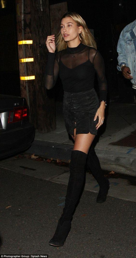 Blusa de manga com transparência, blusa de alça, saia de botões preta, bota over the knee