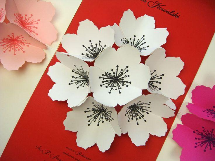 kwiat z papieru na zaproszeniu ślubnym
