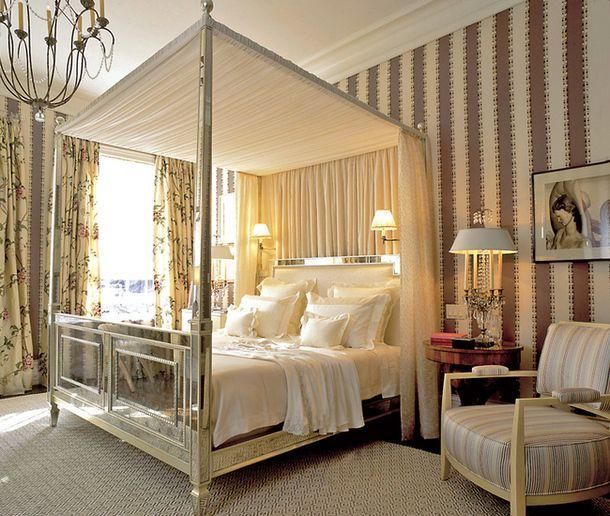 Английская спальня: полосатые стены, шторы из шинца икровать с колоннами.