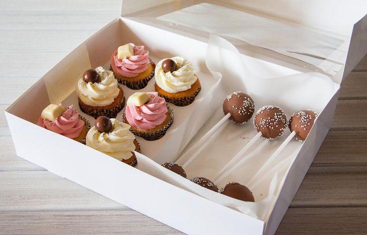 Tenhle té krabičky s dobrotámi velmi doporučuji pro těch které chtějí ochutnat více sladkosti. Vanilkové a karamelové cupcakes a malé dortové lizatka.  Такие коробочки ассорти отлично подойдут тем кто хочет попробовать больше. Ванильные и карамельные капкейки и малыши кейкпопсы.  #cupcake #cupcakespodebrady #cupcakes #handmade #cakepop #cakepops #maffin #krem #dezert #sweetcakes #czech #czechrepublic #podebrady #praha #nymburk #kolin #pardubice  #jidlo #food #homemade #cakestagram
