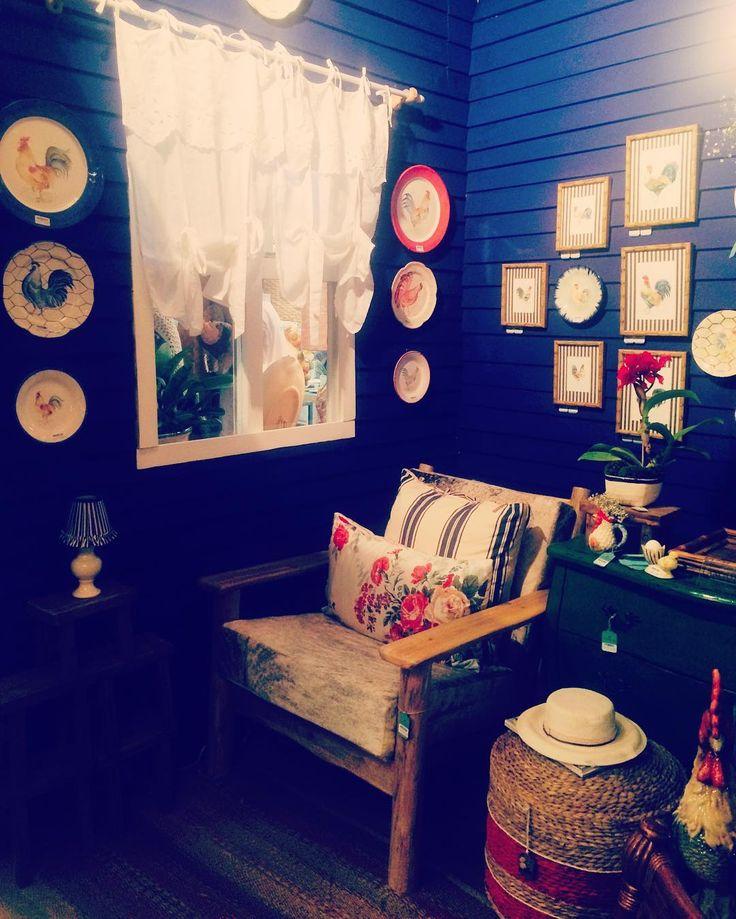 Ambiente com cara de casinha da vovó  amamos a parede azul #finaldesemana #moblybr #color #coloridas #almofadas #mobly #decoration #decor #paredespintadas #quadros #amoquadros #instadecor #homesweethome #sweethome #casadavovo #decoracaodeinteriores