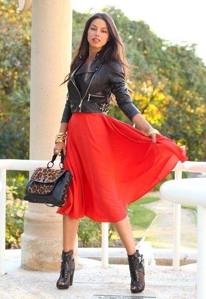 Красное платье и косуха в одном образе.