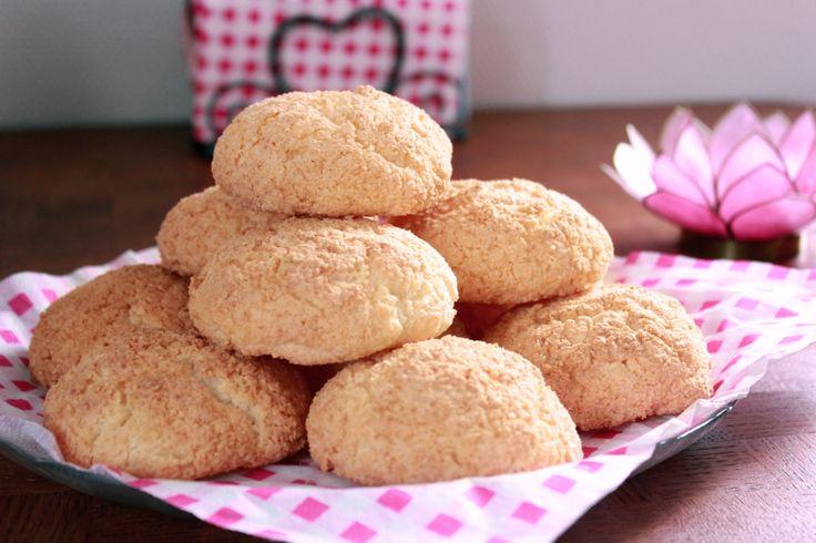 Dit recept voor supersnelle yummy kokoskoekjes kregen we doorgestuurd van de fijne blog Zoetrecepten.nl. Een absolute aanrader voor zoetekauwen! Zet alvast een ovenplaat neer met bakpapier erop. Warm de oven voor op 170 graden. Scheid de eiwitten van het eigeel. Doe de eiwitten in een vetvrije kom en mix deze met de mixer stijf, op de hoogste […]