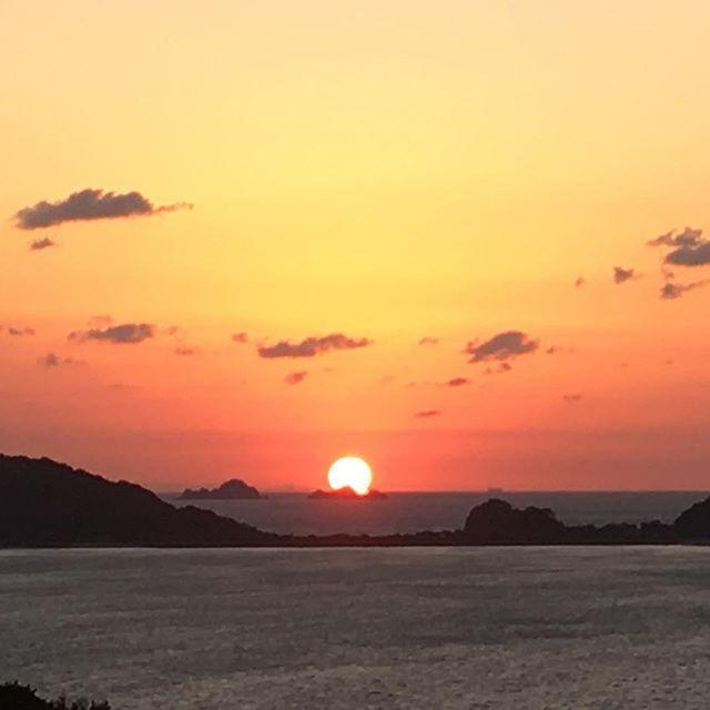 【yan2_0804】さんのInstagramをピンしています。 《昨日初めて出会った方が 今日はいいですよ〜 慌ててカメラマン3人の横に並んで撮ったぁ〜 iponeで撮ってるのは私だけだったわ^ ^ ・ ・ ・#秋空#夕焼け#海#風景#夕暮れ#瀬戸内海#島#空#秋#夕日#夕陽#茜色#夕焼け小焼け#イマソラ#日本#sea#Island#sky#scenery#sunset#autumn#clouds#dusk#japan#skyofautumn#suninautumn#sun》