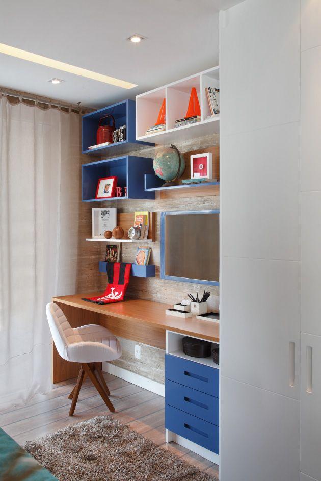 A sala pode receber um espaço para o escritório na mesma bancada da tv. Aposte nos nichos coloridos para vibrar na decor