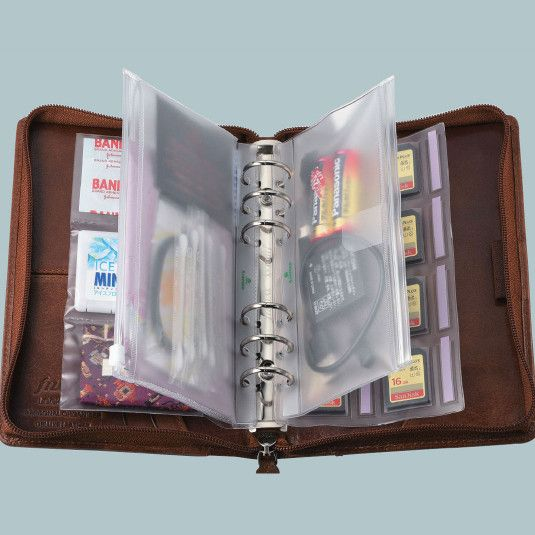 ■ 散らかったカバンの中身は『システム手帳』を使えば、解決!財布はもちろん、筆記用具に携帯電話の充電器やケーブル、定期券や名刺、絆創膏や目薬、常備薬。細々した小物類でカバンの中身はカオス状態……。持っ