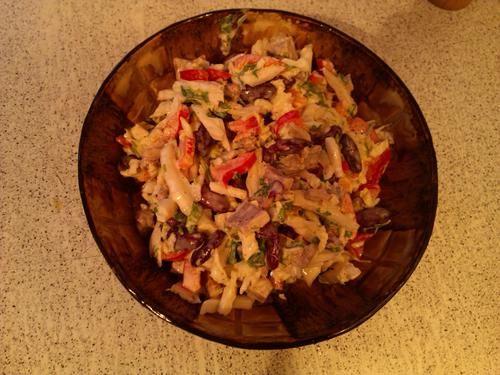 Салат из говядины, фасоли, китайской капусты и сладкого перца