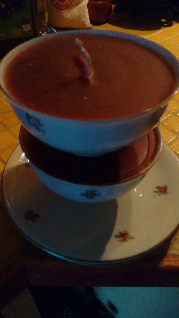 Zelfgemaakte kaarsen met kringwinkel kopjes