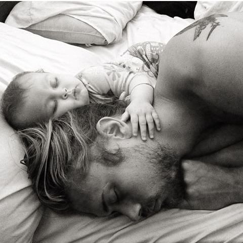 Meine liebste Zeit - kuscheln mit Papa #babypflege #babycare #babyhaut…