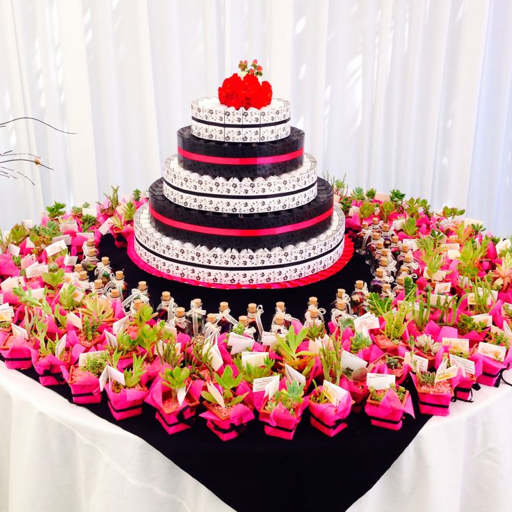 Torta de cajas fucsia y negro, matrimonio Juan Pablo y Paulina - www.lobly.cl