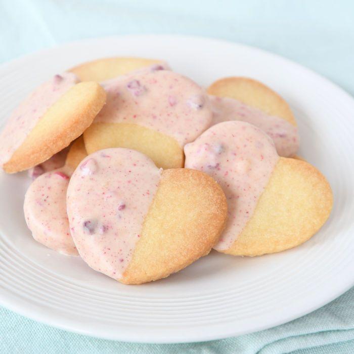 Deze harten koekjes met Tony's frambozen chocolade zijn speciaal voor Valentijn. Door de roze chocola smaken ze fantastisch en zien ze er prachtig uit.