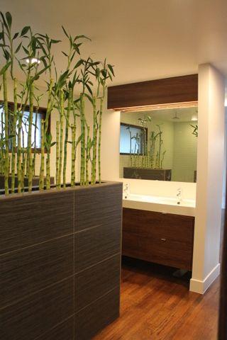 Un petit air colonial avec ces jolis bambous qui font office de séparation entre la chambre et la salle de bain.