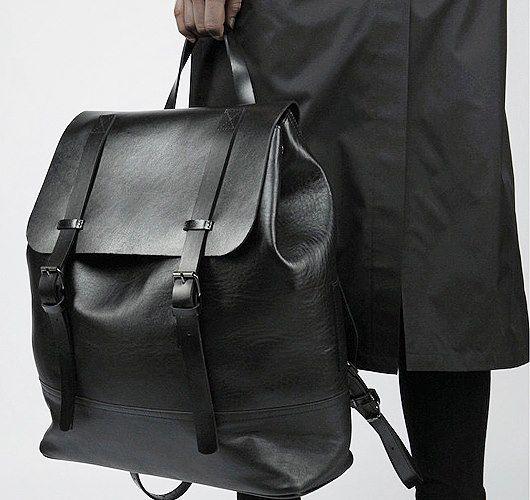 Raumsparender Rucksack mit ovalem Boden und Klappe aus Leder. Hier entdecken und shoppen: http://sturbock.me/zvx