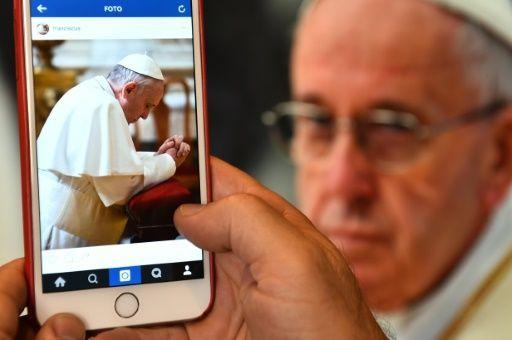 El papa Francisco publicó este sábado su primera imagen en la aplicación para compartir fotos Instagram, en la que aparece rezando de rodillas.