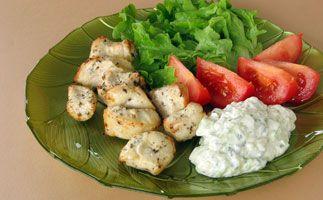 #Souvlaki de #poulet  Poitrine de poulet grillée dans une sauce « tsatsiki » à l'ail et au yogourt.  On peut faire des « souvlaki » de toutes sortes de viandes, qu'il faut mariner d'abord dans un mélange d'huile, de jus de citron et d'origan, griller ensuite, et servir enfin avec la sauce « tzatziki ». Il s'agit du mets grec par excellence.