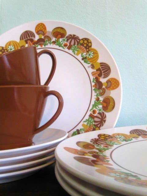 Vintage 16 Piece Mushroom Melamine Dinnerware Set Picnic Ware--Granny had this design and others & 93 best Vintage dinnerware images on Pinterest | Dish sets Vintage ...