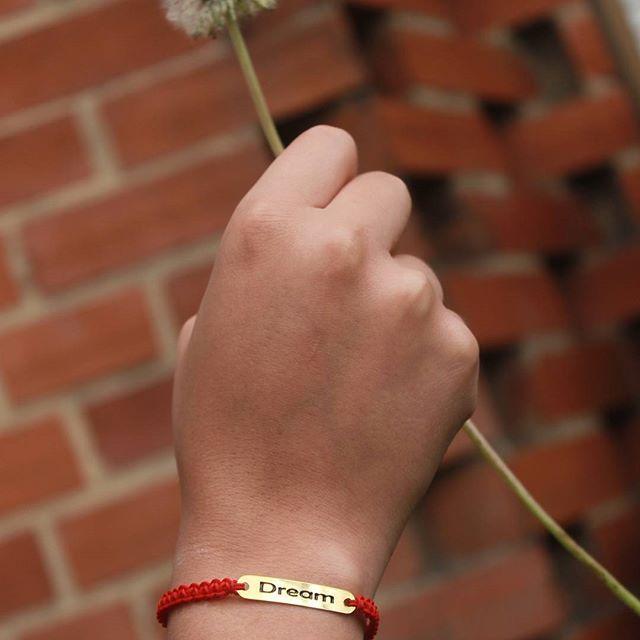 """Manilla """"Dream"""" (sueña) en oro gold-filled y trenzado en hilo chino rojo para que nunca olvides tus metas y sueños. Pide tu manilla personalizada con diferentes mensajes al 3022736221. Compra 100% SEGURA. #accesorio #manilla #dream #goldfilled #sueños #accesoriosoriginales #orogoldfilled #rojo #leescargot #accesoriospersonalizados #accesorioscolombia #ventadeaccesorios #accesoriosbogotacolombia #accesoriosbogota #accesoriosdemoda #accesorios #manillaroja #manillas #accesoriosparamujer…"""