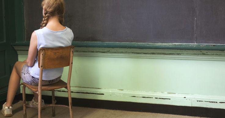 ¿Cuál es la diferencia entre reforzar y castigar? . El reforzamiento y el castigo son dos métodos diferentes de lo que se conoce como condicionamiento operante. El condicionamiento operante fue experimentado en un inicio por el psicólogo B.F. Skinner y se refiere al uso de consecuencias para alentar o desalentar una conducta en particular. La diferencia entre el castigo y el reforzamiento es que el ...
