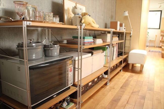 ダイニングキッチンは、無印良品のユニットシェルフでオープン収納スタイルに