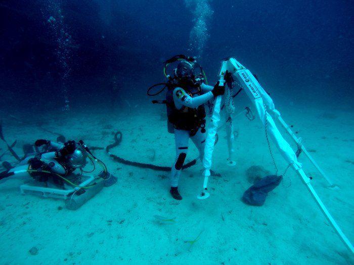 El astronauta de NASA Kjell Lindgren despliega el dispositivo del Lunar Evacuation System Assembly para venir al rescate del astronauta Pedro Duque de ESA en una misión lunar de salvamento simulada, bajo el agua. Crédito: NASA/ESA–H. Stevenin.  Durante una misión espacial simulada bajo el agua, ESA ha probado un ingenioso concepto para llevar de forma segura astronautas a la base si se encuentran incapacitados durante una exploración lunar.