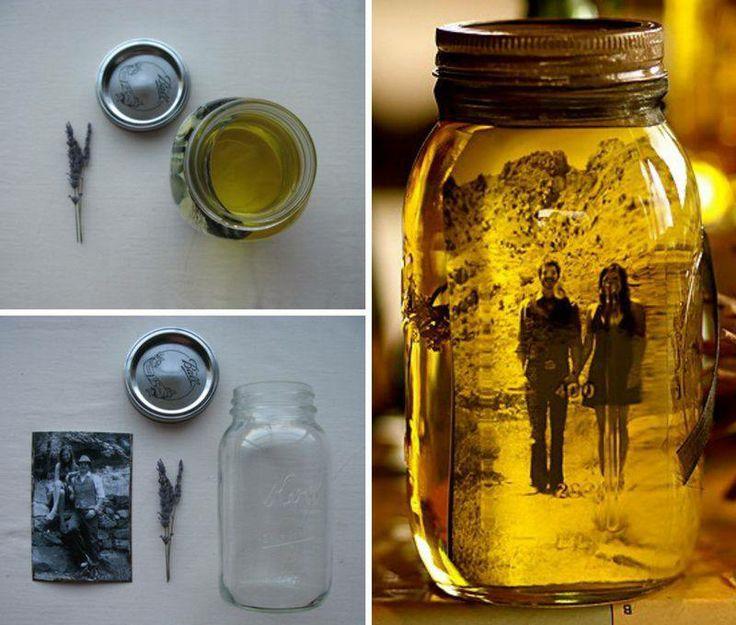 Een foto zwart/wit en een glazenpot vol met olijfolie. De olie zal de foto goed bewaaren ,mag je ook lavendel bij doen gedroogde bloemen. Denk aan verschillende potjes bij elkaar. Super Leuk !
