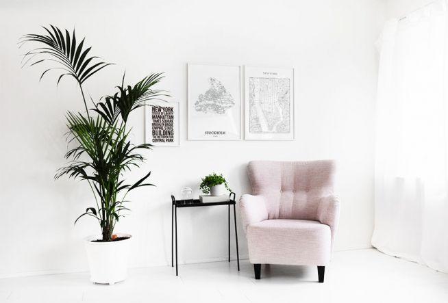 Inredning vardagsrum, Ljusa färger i vitt och rosa. Snygga gröna växter.