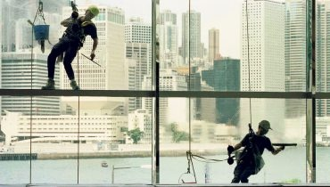 Die Metropole ist Lebensraum für die Zukunft. Fensterwäscher in Hongkong sorgen für einen klaren Blick auf die Stadtlandschaft. (Bild:Reuters)