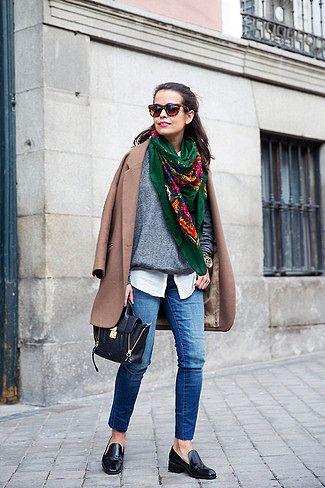 Tenue: Manteau brun, Pull à col rond gris, Chemisier boutonné blanc, Jean skinny bleu