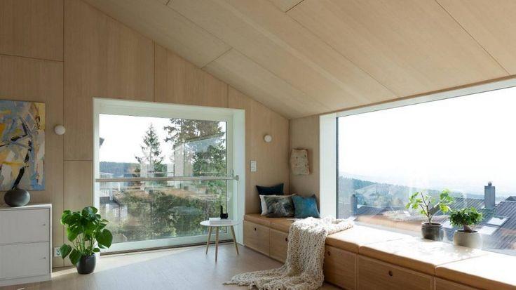 Langsmed vindusrekken løper en sittebenk som også brukes til oppbevaring. Benken ender i et intimt hjørne, en énmannsplass som er myket opp med puter og pledd. Foto: Niklas Hart