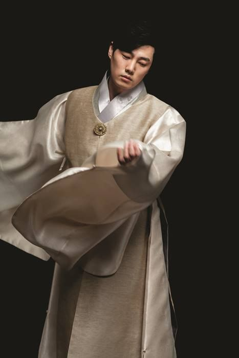 Men's #HanBok by LYNN. This is beautiful. I also love the fluidity of the motion.