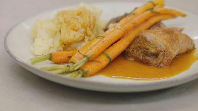 Lamsschouder met gebakken wortelen en gepofte aardappelen
