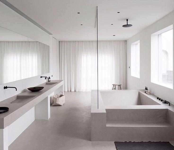 Indeling; groot bad en meubel met twee waskommen