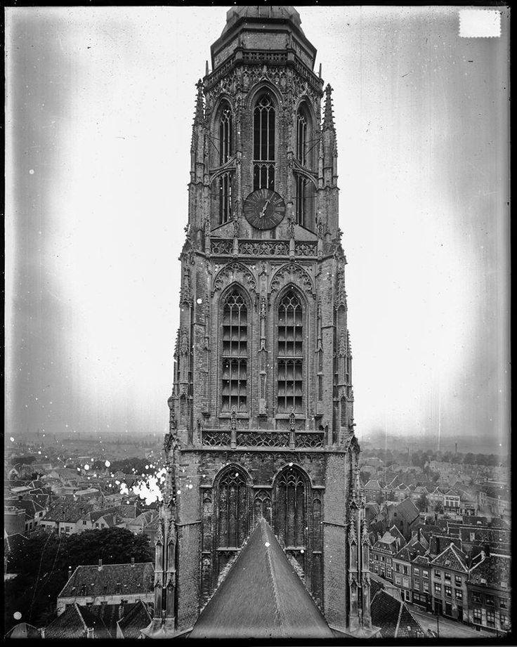 Breda - De toren vanuit het oosten gezien met nog de oude wijzerplaat. Opname vanaf de steiger tijdens de herbouw van de dakruiter op de kruising - 1906