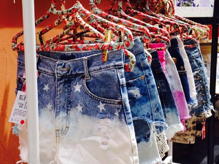 Roupas usadas e de marcas selecionadas são vendidas a preço especial.