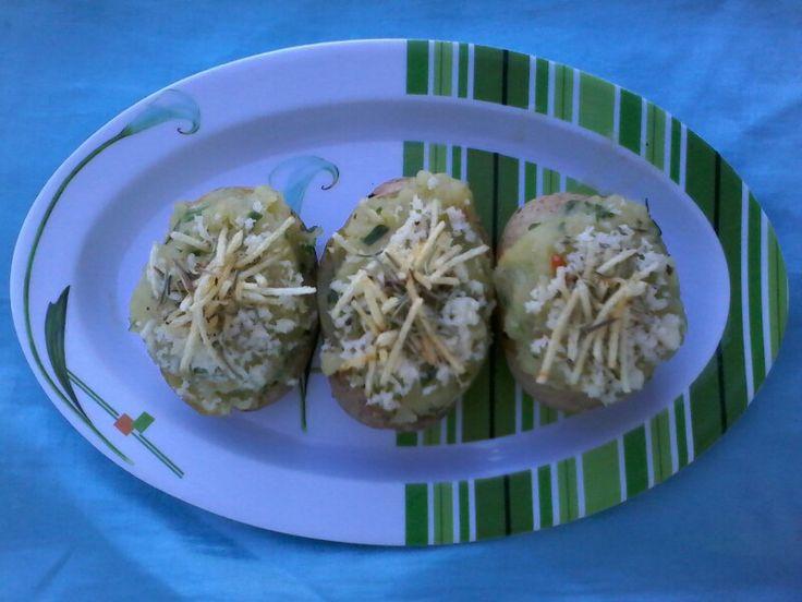 Batata recheada comestível Kkk [cebola, pimentão, tomate, cebolinha, coentro, manteiga, batata palha, queijo de qualho, orégano e alecrim]