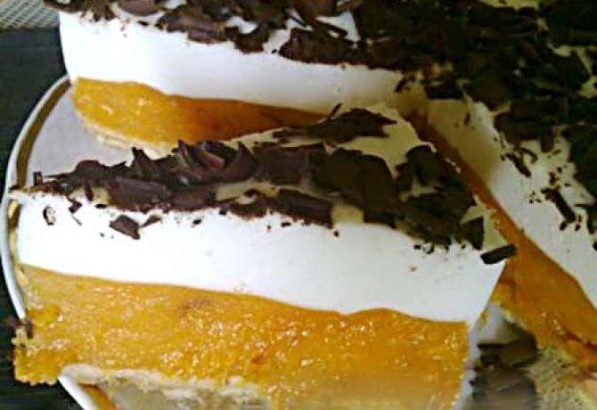 Nepečené sladké dobroty jsou nejlepší. Výborný meruňkový dort, který je famózní. Sušenkový základ, vrstva meruněk a jogurtová nádivka. Ozdobený strouhanou tmavou čokoládou. Mňamka!