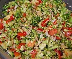 Rezept Brokkoli-Rohkost-Salat mit Pinienkernen von Rosenkind01 - Rezept der Kategorie Vorspeisen/Salate