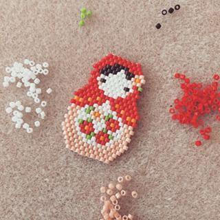 Epinglé par le site de fournitures de loisirs créatifs DIY https://la-petite-epicerie.fr/fr/  diy broche peyote perles matriochka