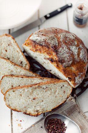 Pyszny chleb z grubą i chrupiącą skórką. Bez wyrabiania ciasta. Delicious bread with a thick and crispy crust . Without kneading dough .