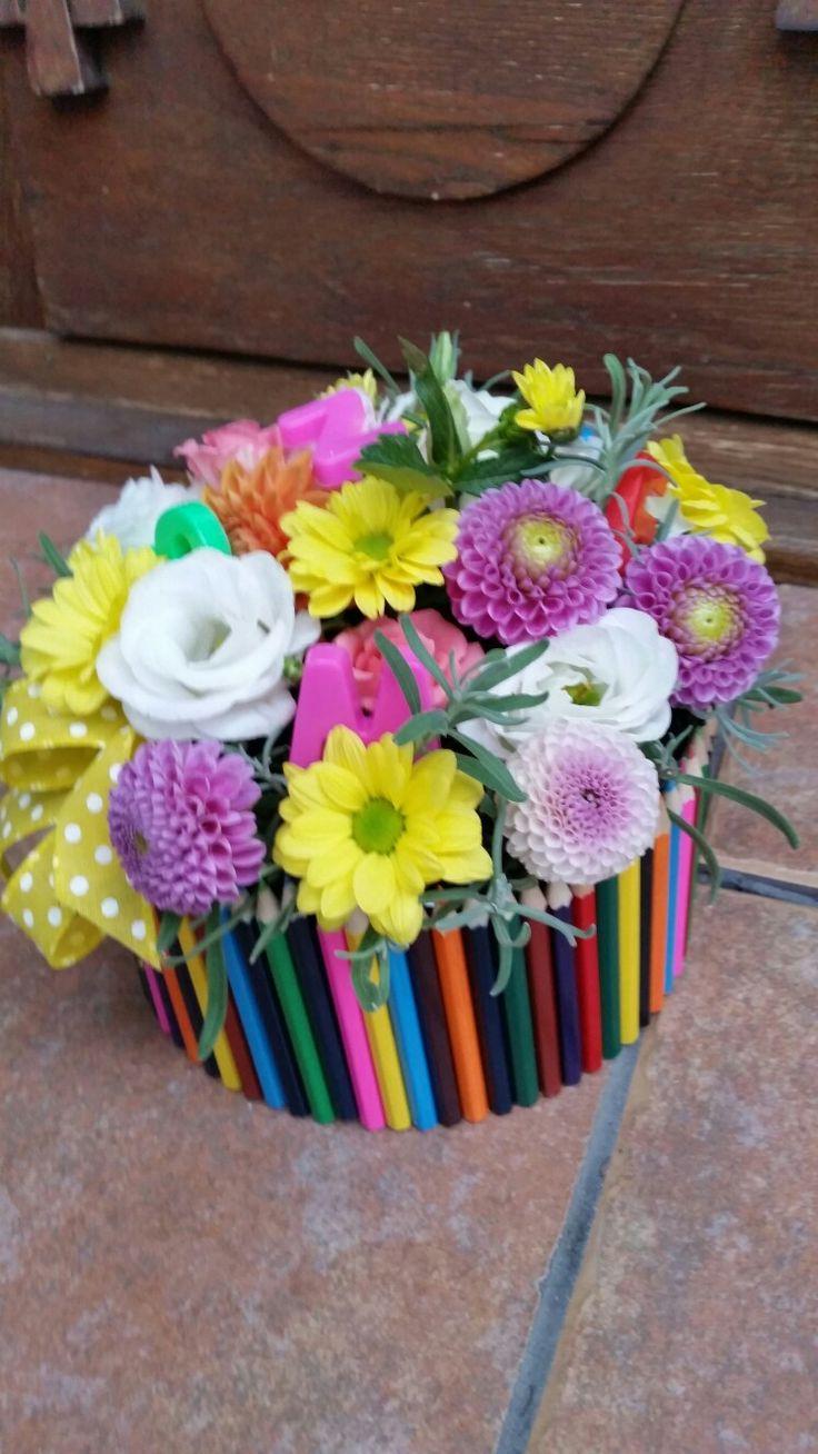 Cutie din creioane colorate cu flori și litere magnetice. :) pentru doamna invatatoare.