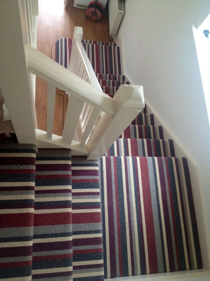 Tapijt met een brede streep op de trap | Stair runner with bold stripe. Need we say more? (Hammersmith 155 Euston Square)