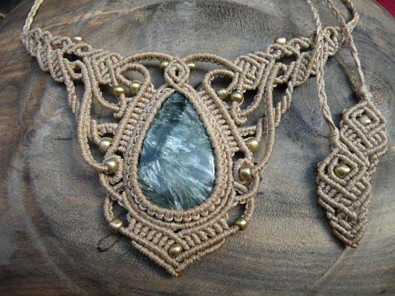 Gargantilla de Seraphinite Macrame curación joyería Tribal de elfos Esta gargantilla maravilloso boho es creado utilizando la técnica de macramé. Es hecho por un hilo encerado beige de alta calidad y hermoso cabujón de Seraphinite. También, utilizamos un granos de semilla de cristal