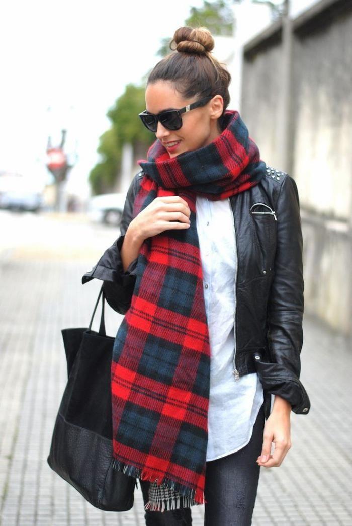 pañuelo grande, gruesa bufanda cuadrada escocesa y chaqueta de cuero negro