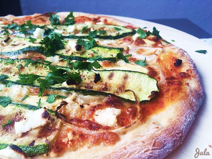 (3 pizze) Składniki: 1 saszetka suchego zakwasu (30 g) 300 g mąki pełnoziarnistej lub zwykłej pszennej 1…