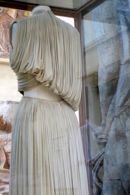 """Mme Grès, technique de plissage : """"le pli grès"""" couture flou matière textile fluide permettant de faire des plis serré, le tissu possède aussi un très bon tombant"""