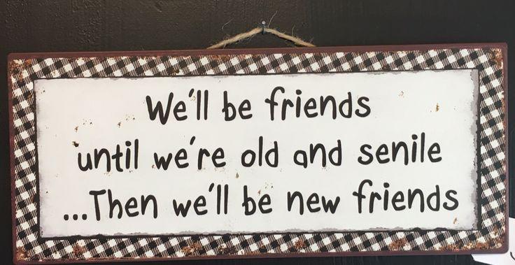 "Skilt med teksten: ""We'll be friends until we're old and senile... Then we'll be new friends"""